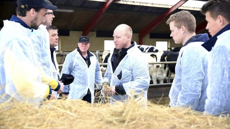 Kvægrådgiver Rasmus Krarup, Sagro fortalte de hollandske kolleger fra et foderfirma om den viden, danske landmænd bygger deres mælkeproduktion på, og som slår hollænderne med adskillige ton per årsko.