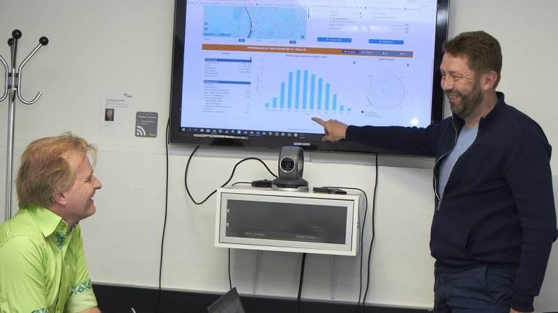 Virksomhedsrådgiver i Agri Nord, Jacob Frey Hansen (th.), diskuterede tirsdag etablering af sol-celleparker med hollandske Alexander Weijde, der er direktør for et firma, der etablerer solcelleparker i store dele af Europa, og som nu gerne vil ind på det danske marked.