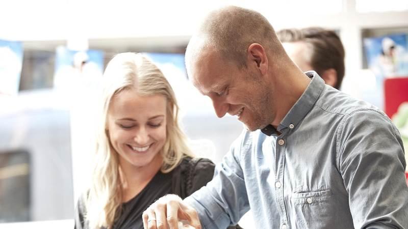 Salget af økologi vokser med rekordfart. Danskerne købte økologiske fødevarer for 11,3 milliarder kroner i dagligvarehandlen i 2017, ifølge nye tal fra Danmarks Statistik. Det er en stigning på 31 procent i forhold sidste års opgørelse.