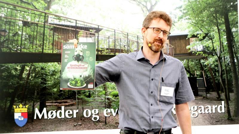 Thomas Roland, CSR-chef i Coop, med det eksemplar af Samvirke, som sidste år var årsag til stor forargelse i landbrugskredse.