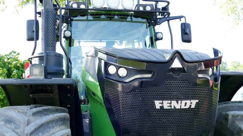 Enkelte af de helt store konventionelle traktorer må affinde sig med en skæbne som kraftkilde til effektkrævende flishuggere for skoventreprenører. Her en Fendt 1050 med skovudstyr. Foto: Bøje Østerlund