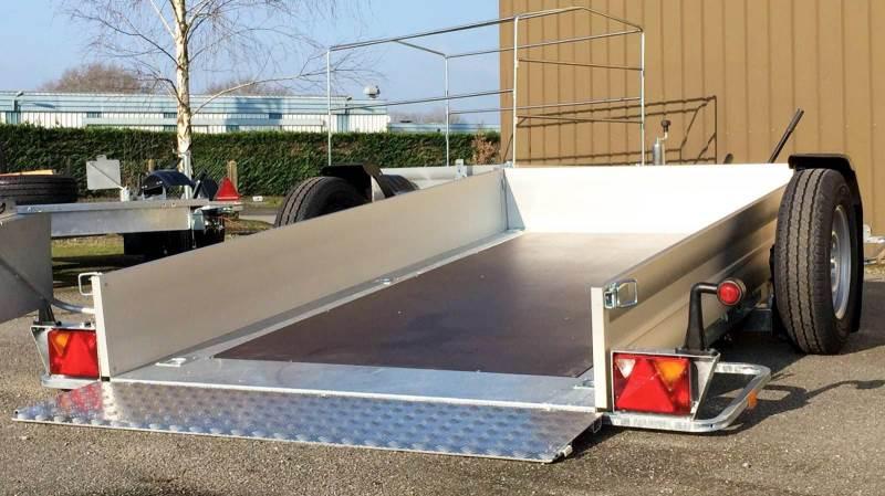 SKS Maskiner i Kerteminde forhandler denne nye trailer type, hvor ladet kan lægges til jorden med tre til fem graders hældning.