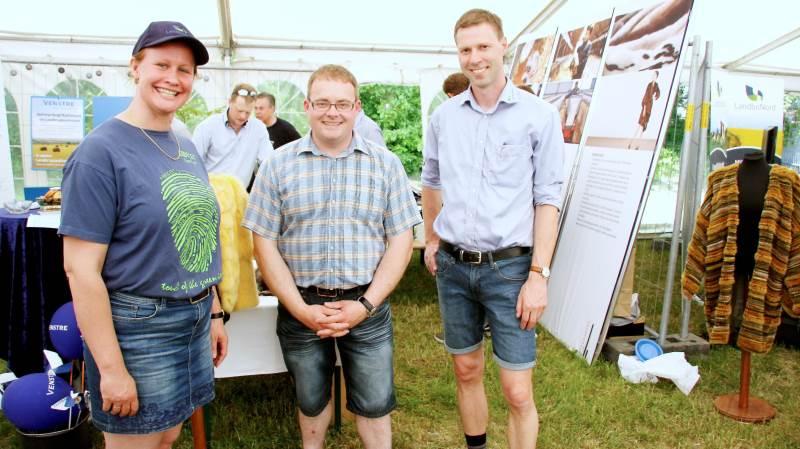 Margit Skovbjerg (tv) og Kennet Rønfeldt (th) har oplevet stor interesse for LandboNords praktiske minkrådgivning. Lasse Jensen (i midten) er en af de avlere, der har haft besøg.