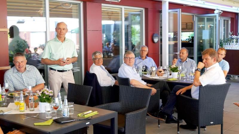 Der blev delt masser af roser ud, da John Nielsen (stående) holdt fødselsdagsreception. I forgrunden blandt andre Jesper Tambour, Jørgen H. Mikkelsen, Erik Larsen og Torben Hansen.