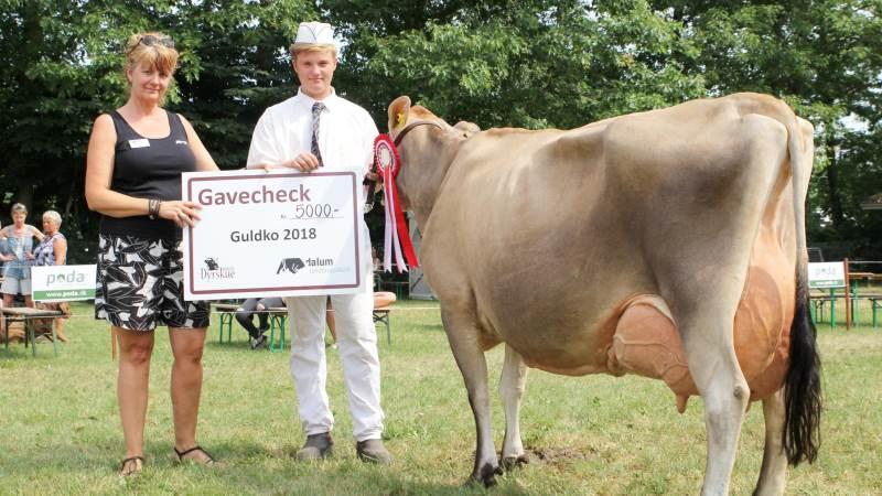 Birthe E. Egdal fra Dalum Landbrugsskole gav en check på 5.000 kroner til Kasper Jensen, som trak Lars Stenbeks jersey-ko, der opnåede titlen som Guldko 2018.