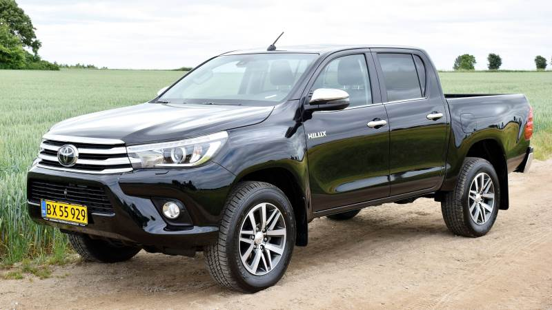 Toyota Hilux har gode egenskaber både på vej og i terræn. Og med stor frihøjde og mulighed for 4-hjulstræk kan den komme frem under selv vanskelige forhold.