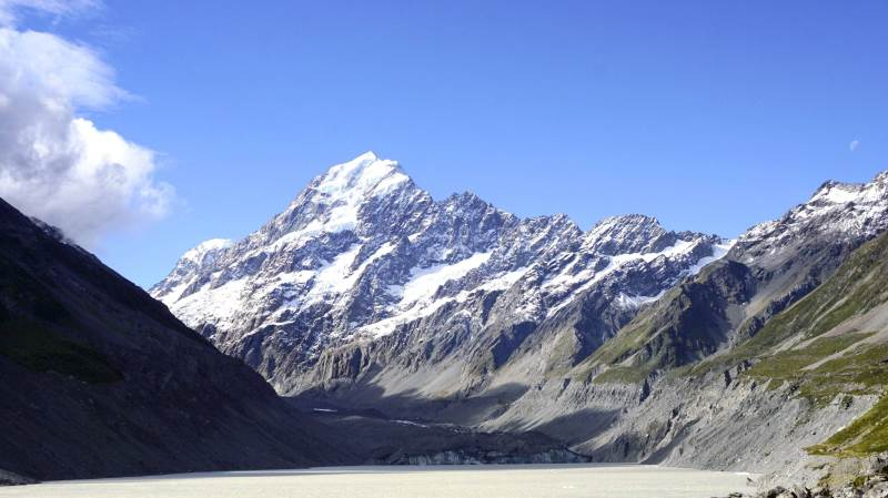 Mount Cook er New Zealands højeste bjerg, der med sine 3.724 meter strækker sig mod himlen. Man kan ad jævne stier gå ind til gletsjersøen foran bjerget.