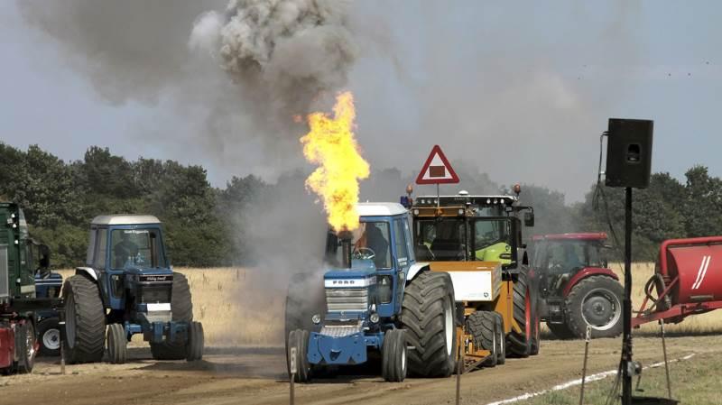 Der var larm, røg og som det ses også ildsøjle, da Østlige Øers Mesterskaberne i traktortræk blev holdt ved Selandia i Slagelse. Foto: Anne-Sophie Hermansen