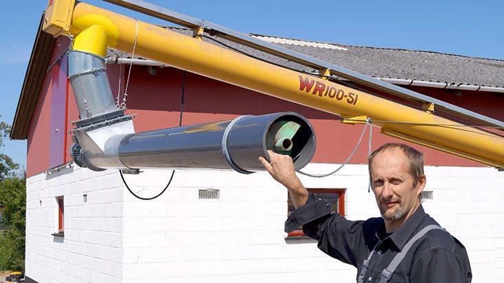 Jesper Koldsø viser den nye prototype på en fordelersnegl til montering på en transportabel kornsnegl.