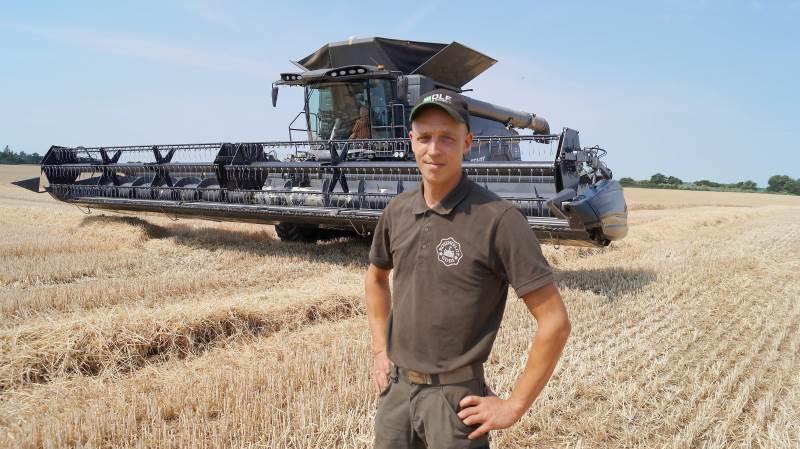 Traktorfører på Rosenfeldt Gods, Mikkel Lacoppidan, var begejstret for den nye Fendt Ideal 9T mejetærsker.