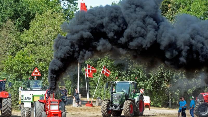 Masser af sort røg fra traktorerne blandede sig med de mange Dannebrogs-flag, der var stillet op ved traktortrækket i Sdr. Hygym.