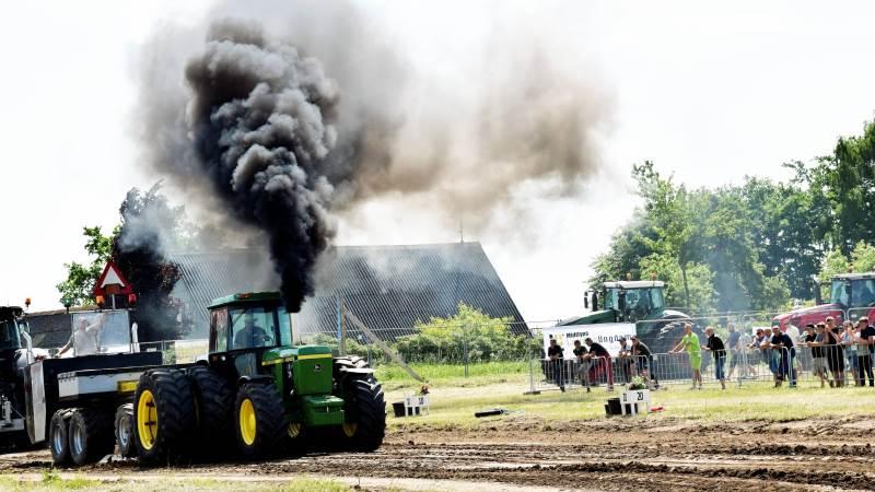 Bjarne Christensen skyder her sin John Deere 4240S af ved årets traktortræk i Nr. Broby. Både her og ved det nyligt afviklede danmarksmesterskab vandt han superstandardklasse 4. Foto: Anders Kurt Simonsen