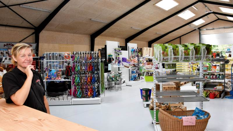 .- Vi er meget glade for vores nybyggede, moderne butik, der fordobler butiksarealet til 580 kvadratmeter, siger Anette Nielsen, som for fem år siden startede Gårdbutikken Dyrenes Verden i en lejet skurvogn.