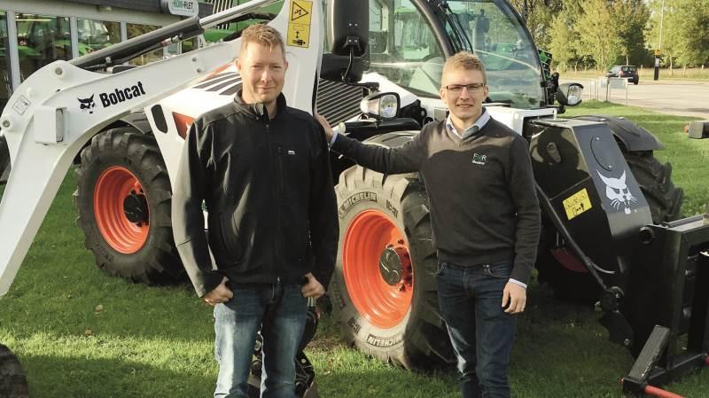 Fra venstre indehaver af FMR Maskiner, Henrik Rasmussen, og til højre sælger Per Hansen.