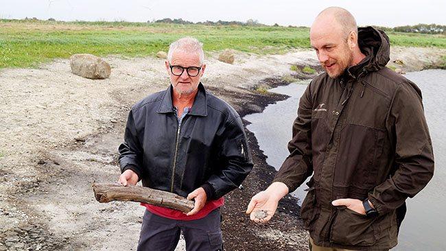 Der blev fundet både tusindårige gamle stykker egetræ og gamle muslinge- og østersrester, da Søren Wiuff (til venstre) tidligere på året fik gravet ud til en sø med hjælp fra René Didriksen fra Skovdyrkerne Øerne.