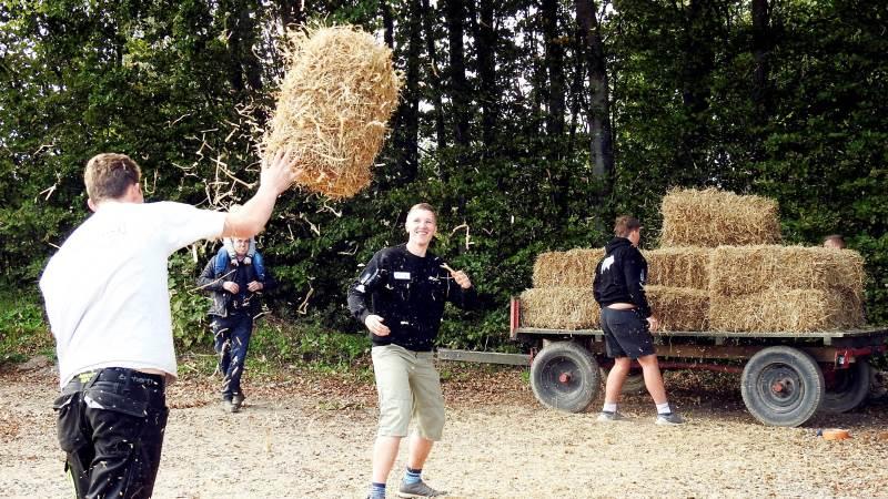 Der blev kæmpet hårdt i disciplinerne ved oplevelsesdagen på Dalum Landbrugsskole afdeling Korinth. Her gælder det halmballe-stabling. Foto: LandboUngdom