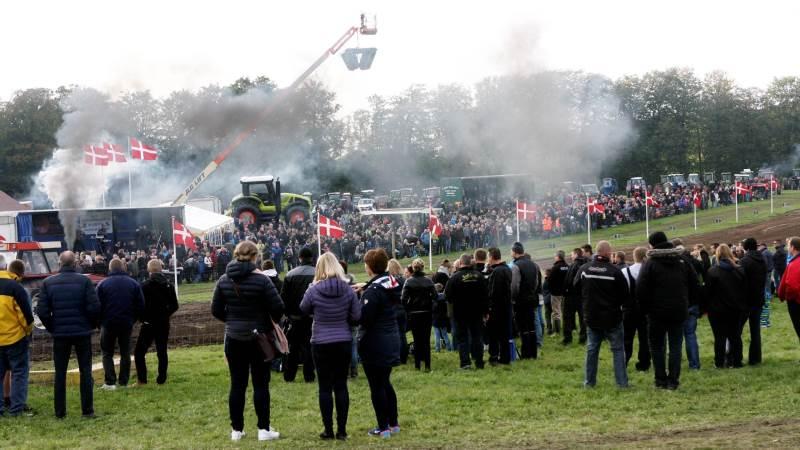 På lørdag er der traditionen tro traktortræk som indledning af efterårsferien på Egeskov Slot med blandt andet halloween. Billedet er fra 2015, hvor sæsonens sidste traktorstævne blev overværet af 4.000 tilskuere.