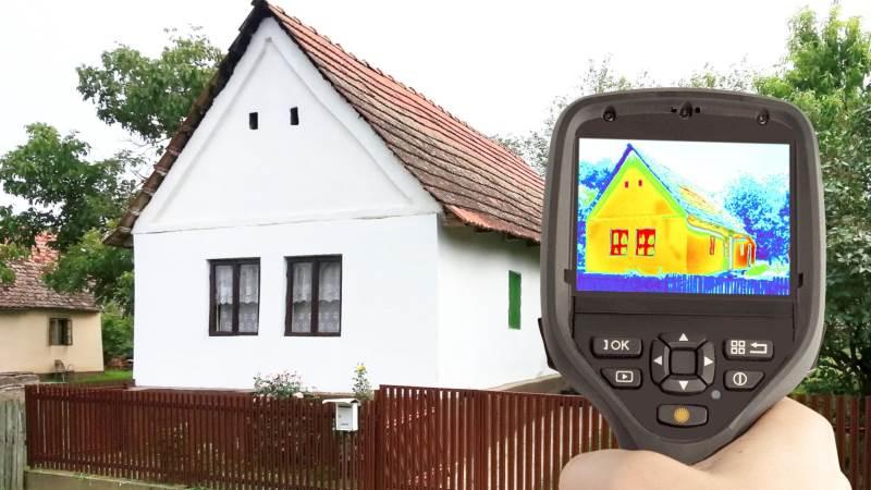 Det er oplagt at få registreret, hvor stuehuset lader mest energi og dermed varme slippe ud. Det kan gøres ved at få taget billeder med et termografikamera af eksempelvis facade, tag og vinduer. Sådanne billeder vil vise, hvor der slipper mest varme ud.
