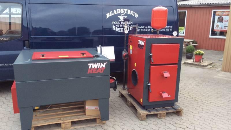 Et nyt Twin Heat fyringsanlæg klargjort med magasin og centralvarmeudstyr foran Bladstrup Smedie.