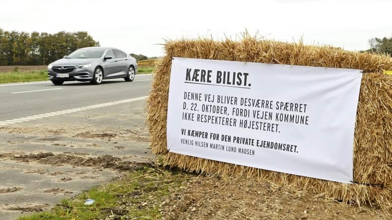 Forbipasserende har længe kunnet se dette banner på Skovgårdsvej, der sammen med andre lignende bannere har oplyst bilisterne om Martin Lund Madsens utilfredshed med Vejen Kommune. Arkivfoto