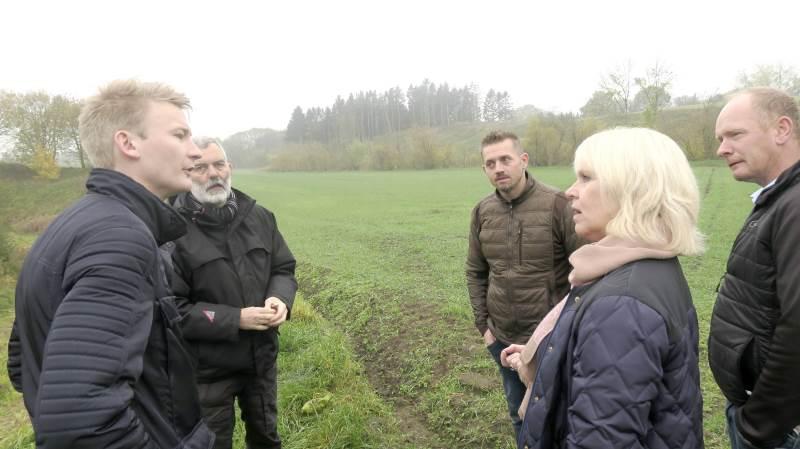 Fra venstre: Peter Kofod Poulsen, Peter Aalykke, Esben Skøtt, Berith Nissen og Christian Ravn ved besøget forleden, hvor Peter Kofod Poulsen fik et indblik i den situation, som dansk landbrug står i hér ved udgangen af 2018.