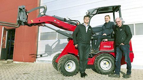 Hos Røstofte Maskiner er de klar til at vise de nye modeller frem. Her er det maskinhandler Dann Nielsen (i midten) sammen med sælgerne Claus Holm Jensen (til venstre) og Flemming B. Jensen. Foto: Røstofte Maskiner