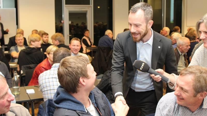 Inden mødet gik i gang gik Jakob Ellemann-Jensen, nærmest traditionen tro, rundt og gav hånd og hilste på samtlige mødedeltagere.