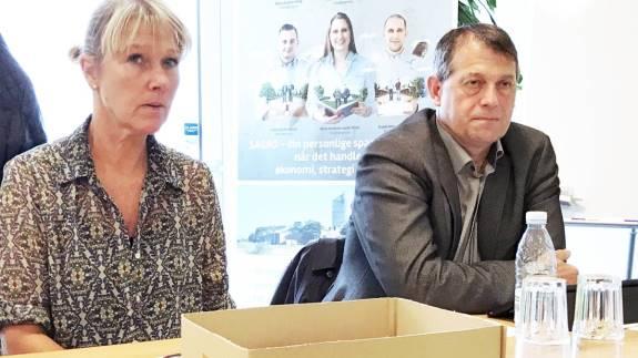 Landmand og borgmester Ib Lauritsen (th.) overvejer selv at tage del i »Next stop – Farmerjob«-ordningen i Ikast-Brande Kommune. Her ses han sammen med Ikast-Brande Kommunes arbejdsmarkedschef, Charlotte Gye Sørensen.