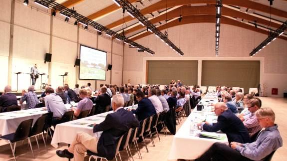 Op mod 130 landmænd, konsulenter og landbrugspolitikere var i går forsamlet i Vingsted Centret ved Vejle til stormødet om ammoniakreglerne, som Landbrug & Fødevarer og Bæredygtigt Landbrug stod sammen om med flere sektororganisationer.