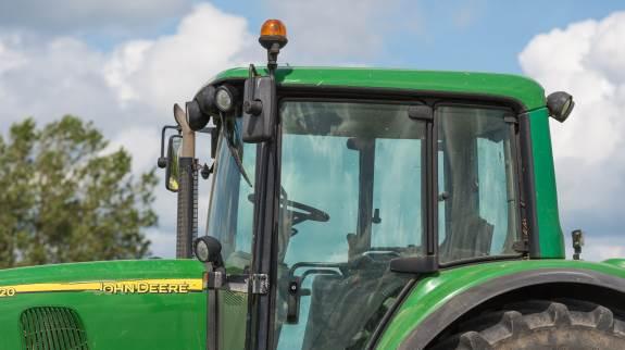 Det syner ikke af meget, men ekstra blinklys kan gøre en forskel i antallet af trafikuheld med traktorer, mener man hos Nr. Felding Maskinstation. Foto: Colourbox.