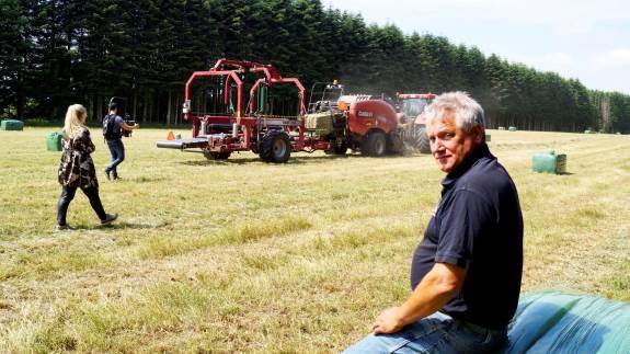 Birger Niemann, der driver Niemanns Maskinstation, nød optagelserne til de nye kampagnefilm, men frygtede for fremtiden i erhvervet: - Jeg er bange for, at mange forældre påvirker de unge i deres karrierevalg, og det er ikke nødvendigvis til landbrugets fordel. Foto: Henrik Sieben