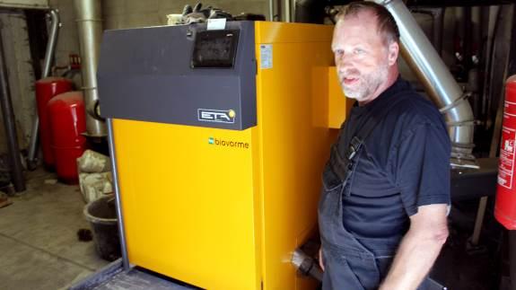 Svineproducent Peter Juul Eggersgaard har skiftet olien ud med træflis, og har fået installeret et ETA kedelanlæg 130 kW med seks meter udmader.