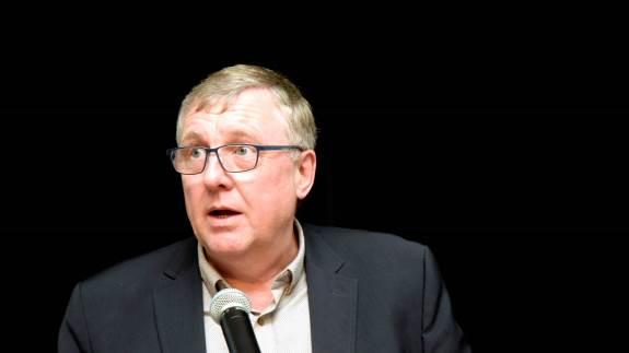 - Vi må bede ministeren om at træde i karakter og få opgaven løst. Det er hans ansvar, at det her kommer på plads, siger formanden for L&F Svineproduktion, Erik Larsen, om langsommelig sagsbehandling i Landbrugsstyrelsen.