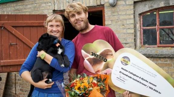 Årets økologer, Hester Callaghan og Bjarke Jensen fra Samsø, her med checken på 100.000, de har fået i præmie.