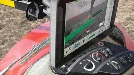 Traktoren er ikke længere blot et arbejdsredskab, men en mobil arbejdsplads. Med flere og flere elektroniske hjælpemidler i kabinen er efterspørgslen på patenteret skærmholder steget markant.
