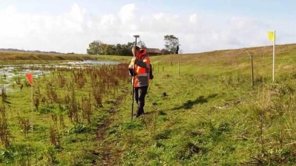 I Sønderjylland, her ved Magisterkrogen nær Tønder, er Naturstyrelsen sammen med Cowi gået i gang med at tegne den linje, hvor vildsvinehegnet skal gå. Det bliver markeret med gule og røde flag. Kilde: Naturstyrelsen