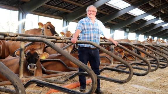 Smilet er vendt stærkt tilbage hos mælkeproducent John Trædholm fra Vestfyn. Efter otte måneder med bakterien Mycoplasma bovis i hans jerseybesætning på 230 årskøer er prøverne igen udelukkende negative. Fotos: Ditte Birkebæk Jensen