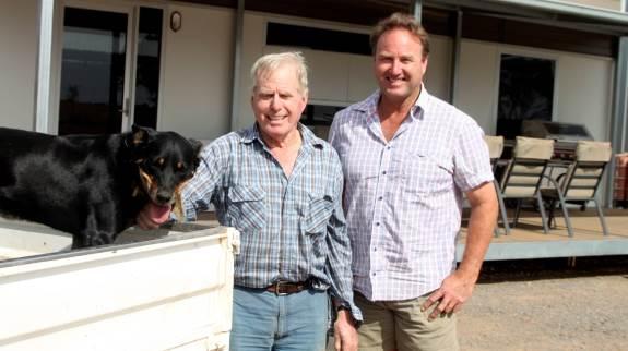 Tim Gleeson sammen med sin far, der stadig kommer på farmen. - Min far har været en fremsynet mand, der stillede store krav til ordentlighed – både i arbejde og livsindstilling. Det forsøger vi fortsat at gøre, siger Tim Gleeson.