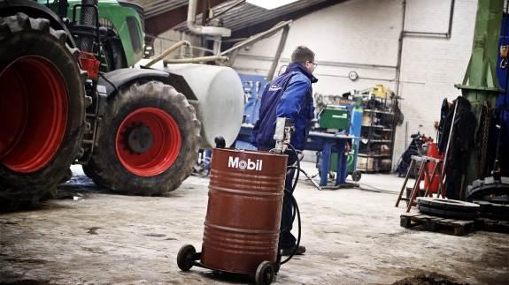 Har man en stor maskinpark, hvor nye maskiner løbende kommer til, kan det være en udfordring at holde styr på de forskellige smøremidler.