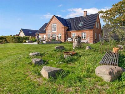 Stor dejlig bolig midt i Årslev by med 3 tdr.land