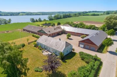 Fantastisk beliggenhed ved Haderslev Dam - med 260 m2 stuehus, hestestald samt b...
