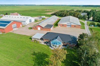 Fantastisk ejendom m/flot stuehus, 4 haller og jord m/store indtægter