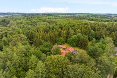 Naturskøn beliggende fritidsejendom på 18  hektar.