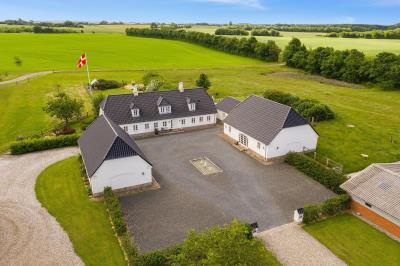 """""""Kærgård"""" flot ejendom med 9,2 ha."""